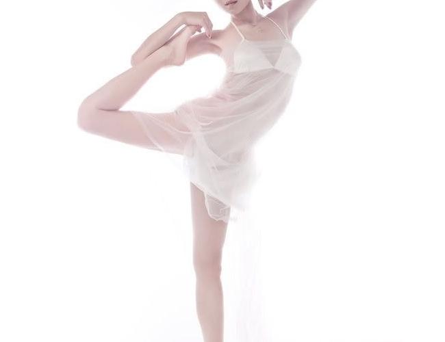 2014年央视马年春晚中,大长腿李敏镐与庾澄庆的对唱节目备受关注,而这个节目的舞蹈正是出自被誉为明星舞蹈老师的崔鹏科之手。作为中国最早一批接触街舞的舞者,崔鹏科指导过的明星数不胜数,周杰伦、林俊杰、韩庚、黄晓明、阿娇、黄渤等众多大腕都曾当过他的学生。如今,崔鹏科的学费标准是1000元/节,每节一个半小时,且十节课起报。据了解,这个定价几乎是普通舞蹈老师的十倍。最繁忙的时候,崔鹏科一个月上了140节课,光上课他就能月入十余万元。另外,崔鹏科还会接一些为歌手或综艺节目编舞的工作,一支舞的收费为一到两万